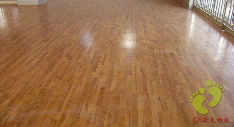我们现在生产的运动木地板具有生态环保等性能特点,且木地板具有防蛀防潮耐磨防静电防腐蚀等优点。目前,实木地板国内全国供应,有的已经出口日本美国等发达中国家。我们生产的实木地板,其中室内篮球地板是北京欧氏地板厂经常制造生产的产品。而室内篮球地板选择哪种类型和风格品牌的地板呢?由于体育木地板要求对地板表层材质进行精选,必须选择软硬适中、变形量微。长纤维结构(不易起刺)的树种,以免除对运动员皮肤的伤害。大致选择有枫木、柞木、榉木、水曲柳四种体育地板,长期以来的实践所证明,枫木柞木为最理想。我们北京欧氏地板厂生产制